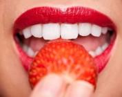 Почему зубы темнеют и как их отбелить с помощью народных рецептов